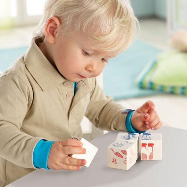 A due anni, il bambino non fa che giocare e mettere alla prova i limiti che gli vengono imposti