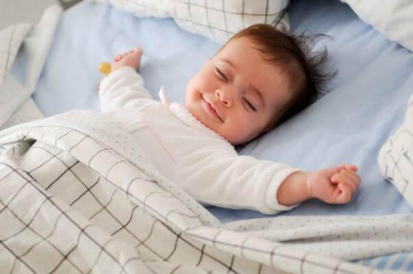 Bambino dorme sereno nella culla