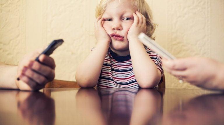 La vostra dipendenza dal cellulare fa male a vostro figlio