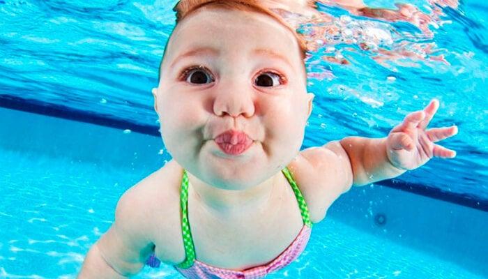Bambino in piscina: la stimolazione acquatica