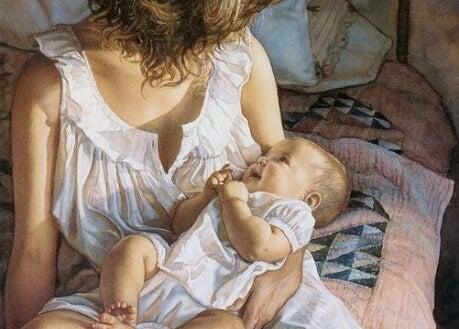 Un bambino ride felice tra le braccia della madre