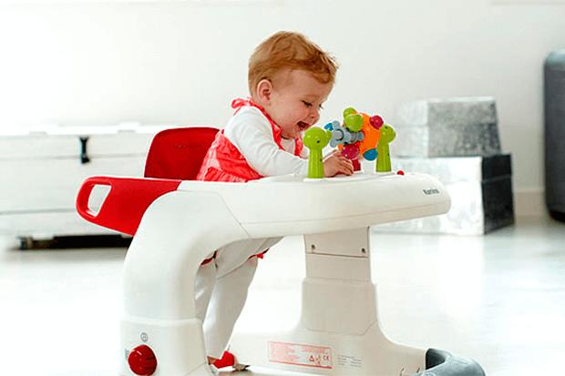 Quando si stimola il bambino a camminare, è meglio evitare il girello.
