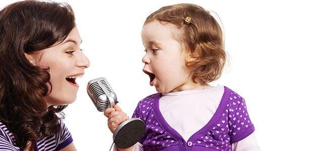 Mamma e figlia cantano insieme