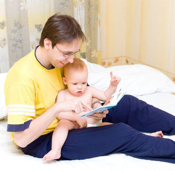 Padre che legge al figlio