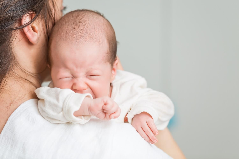 Bebè che soffre di coliche