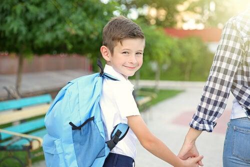 Bambino con lo zaino va a scuola