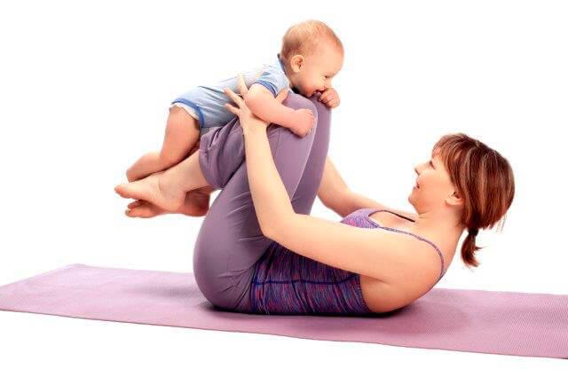 Donna che fa esercizi con il suo bambino