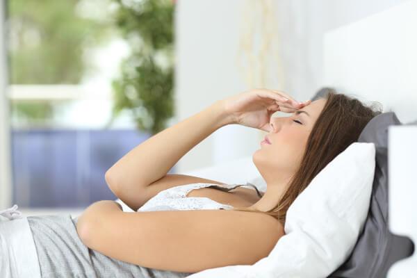 Donna che prova i tipici malesseri della gravidanza
