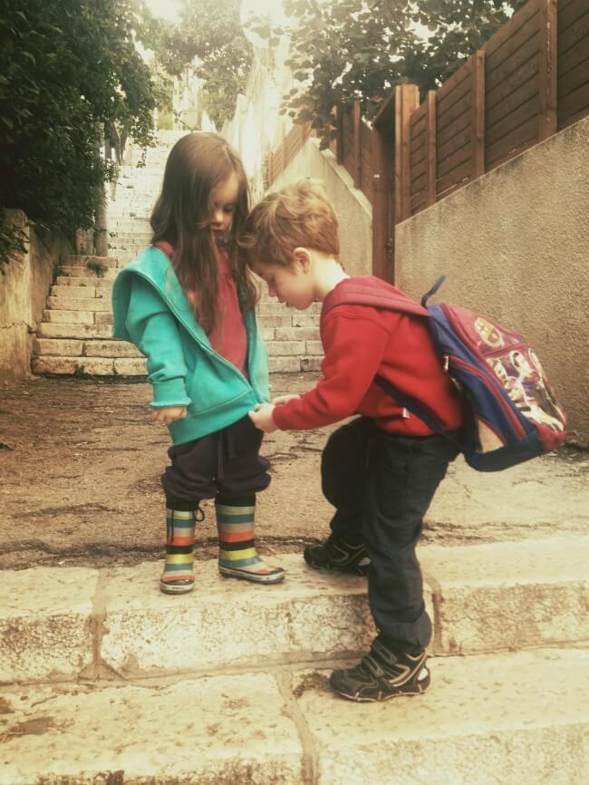 Fratello aiuta la sorella a chiudere la felpa