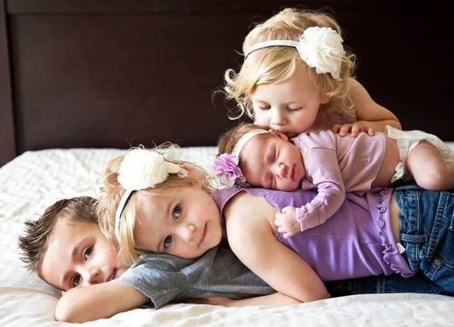 Quattro fratelli sdraiati tutti insieme