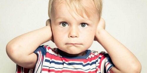 Un bambino non vuole sentirci urlare