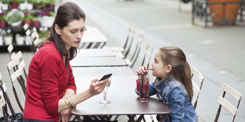 La dipendenza dal cellulare ci impedisce di ascoltare i nostri figli