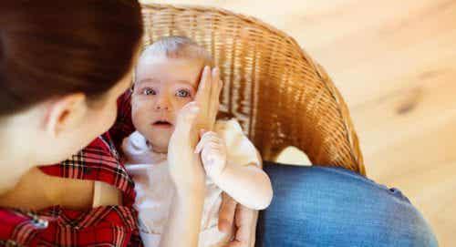 Il momento in cui il bebè vi cade a terra per la prima volta