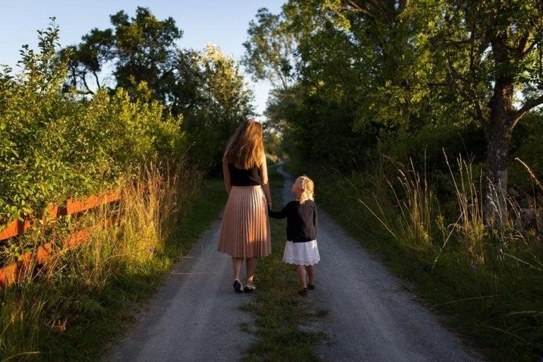 Madre e figlia passeggiano insieme