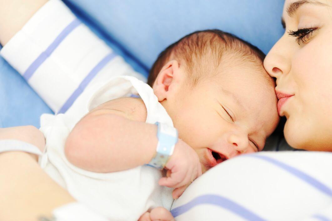 Bambino appena nato con la madre