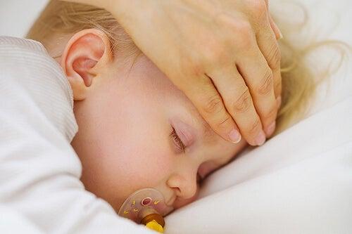 Un impacco sulla fronte è un dei rimedi casalinghi per abbassare la febbre.