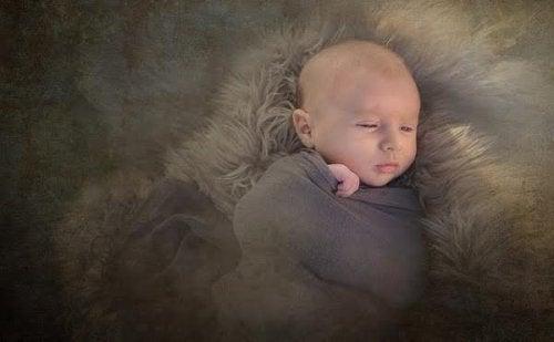 Neonato avvolto in una coperta