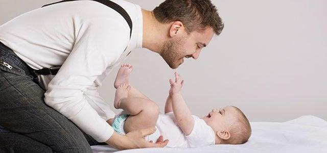 Papà che si occupa del neonato