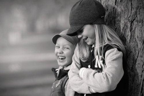 Fratello e sorella ridono insieme