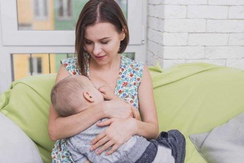 Pro e contro dell'allattamento materno