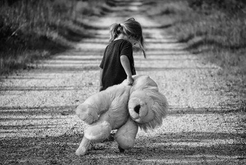 L'abbandono emotivo infantile crea ferite che è difficile curare