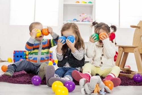 Bambini che condividono i giocattoli