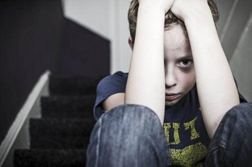 Picchiare i bambini mina la loro autostima e li fa sentire deboli e indifesi