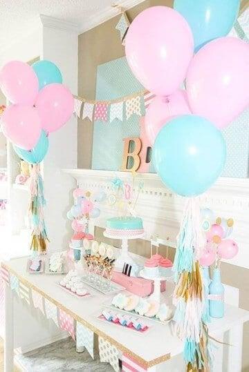 Festa di battesimo con torta e palloncini