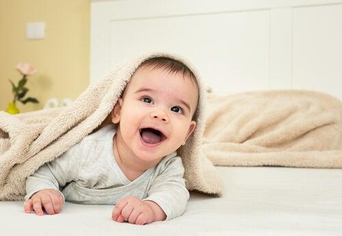 All'ottavo mese di vita, il bambino spalanca le braccia per essere preso