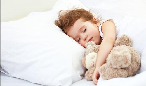 Dalla culla al letto senza piangere: aiutare vostro figlio è facile