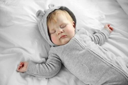 Bambino dorme nel suo letto