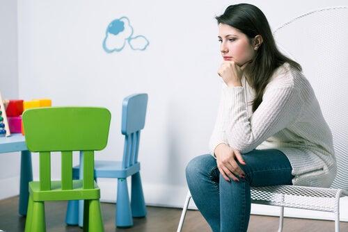 Una madre sembra triste e pensierosa