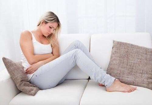 Donna con dolori addominali in gravidanza