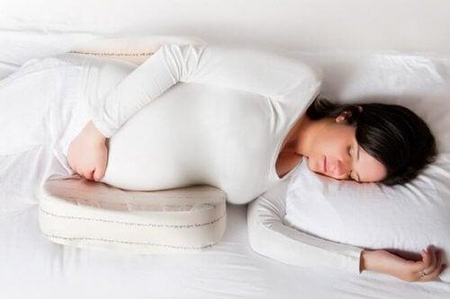 Sdraiarsi sul fianco sinistro è la postura per dormire in gravidanza maggiormente raccomandata