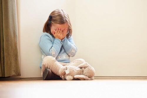 Prima di parlare con un bambino arrabbiato, è necessario calmarlo e tranquillizzarlo.
