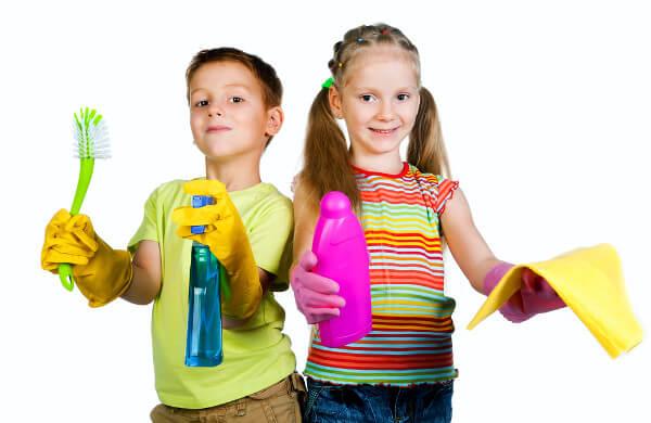 Bambini pronti per fare le pulizie