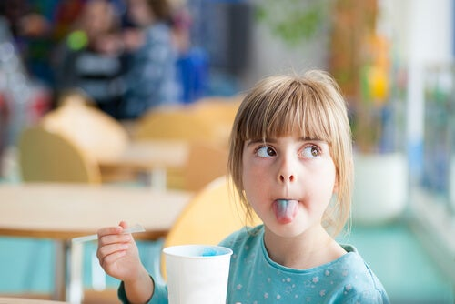 Bambina mostra la lingua colorata