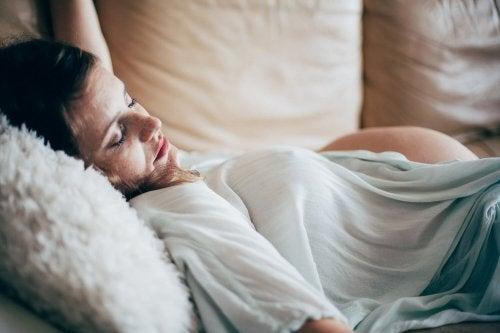 Dormire a faccia in su in gravidanza può causare problemi alla schiena
