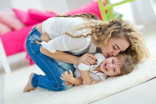 Per crescere un bambino felice è necessario dare al bambino l'attenzione che richiede