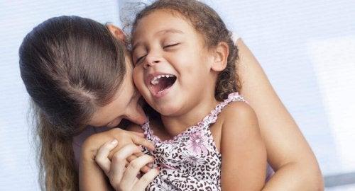Le dimostrazioni di affetto sono essenziali per i bambini