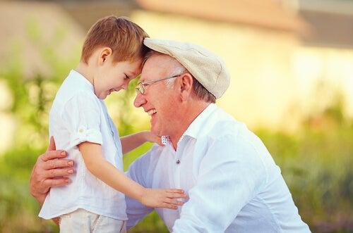 Nonno ride insieme al nipote