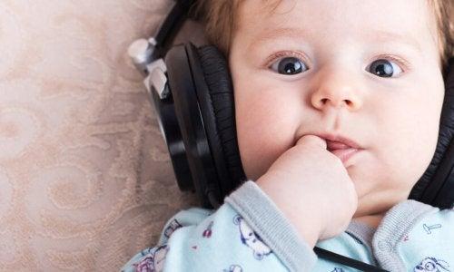 Bambino ascolta della musica rilassante