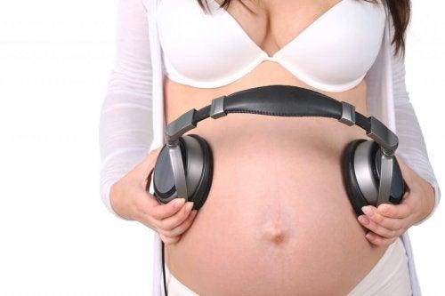 Madre fa sentire della musica al feto con delle cuffie per la pancia
