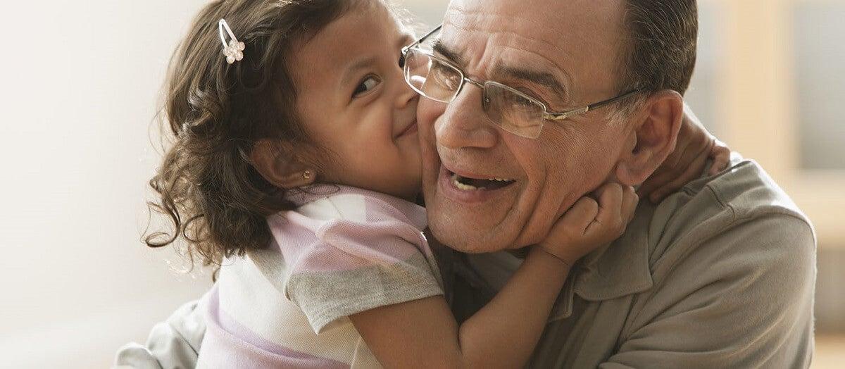 Bambina che bacia il nonno