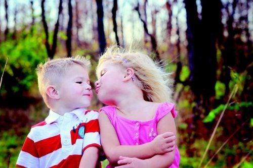 Non costringete i vostri figli a baciare gli altri