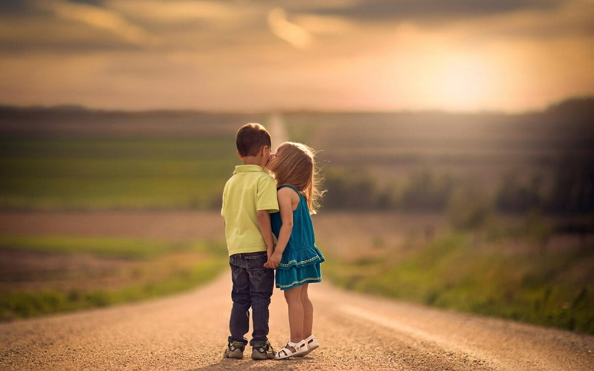 Bambina bacia un amichetto