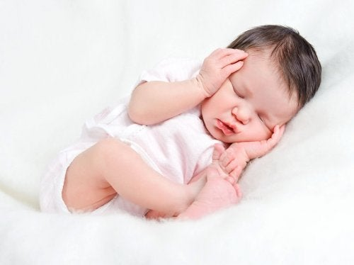 Neonato che dorme in posizione fetale