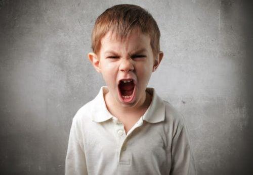 Parlare con un bambino arrabbiato: 8 chiavi per farlo