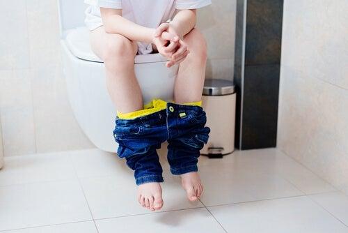 l'encopresi si può correggere instaurando una routine per andare in bagno.