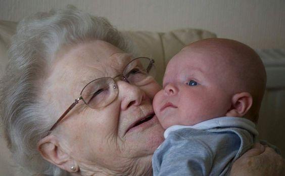 Nonna e nipote neonato